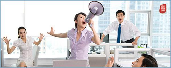 员工培训工作是指企业为了使员工获得或改进与工作有关的知识、技能、动机、态度和行为,以立于提高员工的绩效和对企业的贡献,所进行的有计划、有组织、有系统的各种活动。    现代人力资源本理论认为,企业员工的智力、技能、经验与品德是企业人力资源质量的重要组成部分。(如一个小小的文体用品厂变成中国文体用品行业企业30强,这是要一个怎么样的过程呢)?