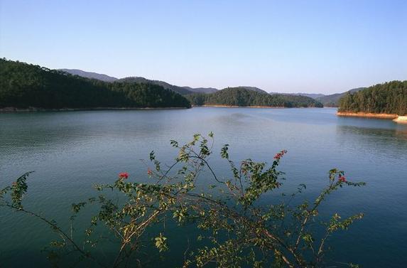 4平方公里的绿水碧波,湖水蜿蜒曲折